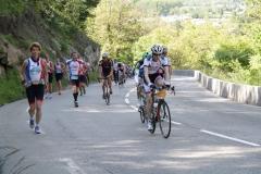 Alpe-dHuzez-019-Lopers-en-een-fietser