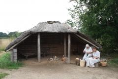 076-Huis-met-rieten-dak-en-bewoners-ijzertijd