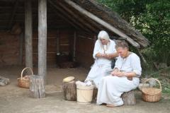 077-Huis-met-rieten-dak-en-bewoners-ijzertijd