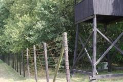 061-Omheining-met-prikkeldraad-bij-wachttoren