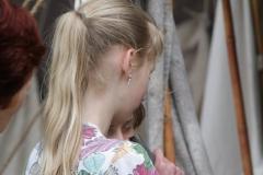 09-Meisje-probeert-hoorn-te-blazen