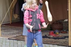 72-Meisjes-proberen-te-jongleren