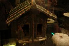 Maaseik-Tentoonstelling-Terracotta-Leger-12-Toilet-in-Graf-en-Pompoen